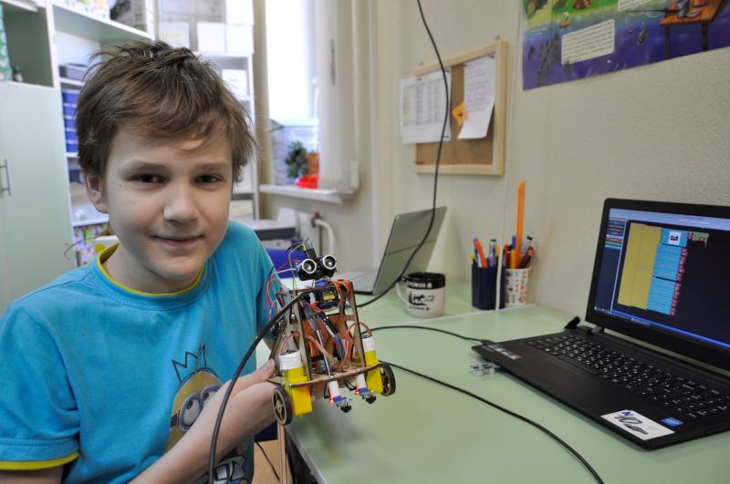 Курс совмещает в себе три направления робототехники: сборка, схемотехника и программирование